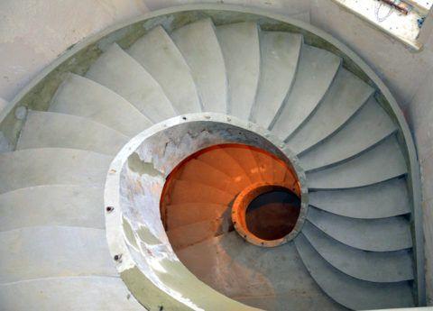 Свежезалитая винтовая лестница из бетона