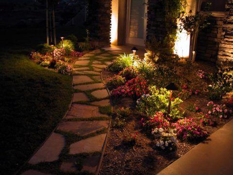 Уличное освещение участвует в облагораживании внешнего вида входа в дом и площадки около него