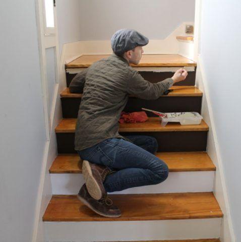 Умело подобранный цвет лестницы объединяет ее с другими элементами декора