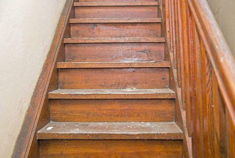 Видавшая виды деревянная лестница