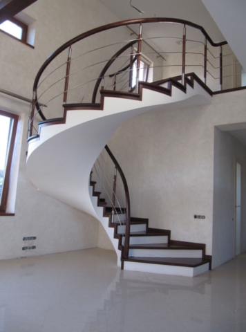 Винтовая бетонная лестница с отделкой деревом