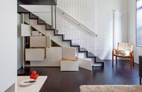 Вместительный функциональный гардероб в подмаршевом пространстве