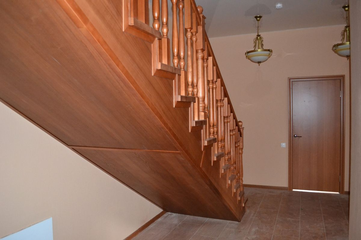 Отделка каркаса лестницы с помощью МДФ