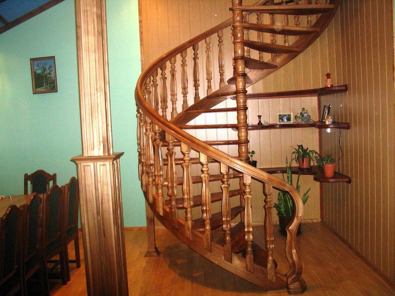 Конструкция из дерева для подъема на второй этаж