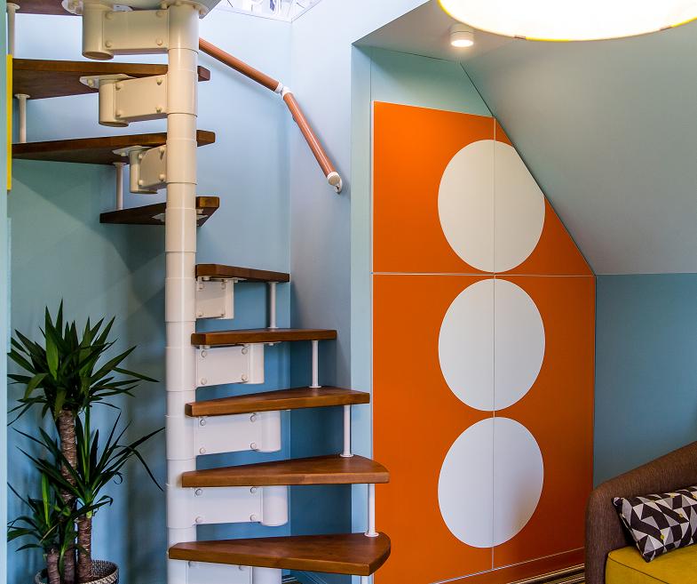 Винтовые готовые лестницы деревянные для дач в комбинации с металлическими элементами