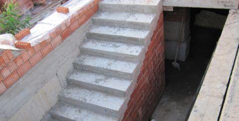 Бетонные лестницы чаще всего делают на этапе строительства гаража