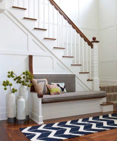 Декор для лестницы в доме в виде уютного уголка для отдыха