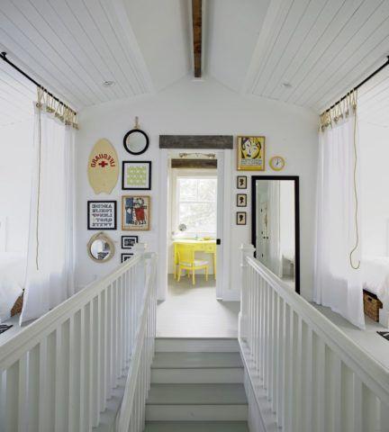 Декор лестницы в доме включает в себя оформление окружающего пространства