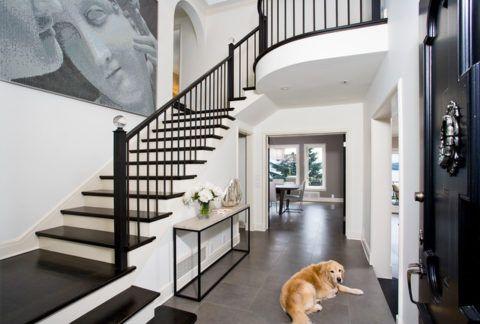 Декоративные элементы лестницы выбирают в соответствии со стилем помещения, где она расположена