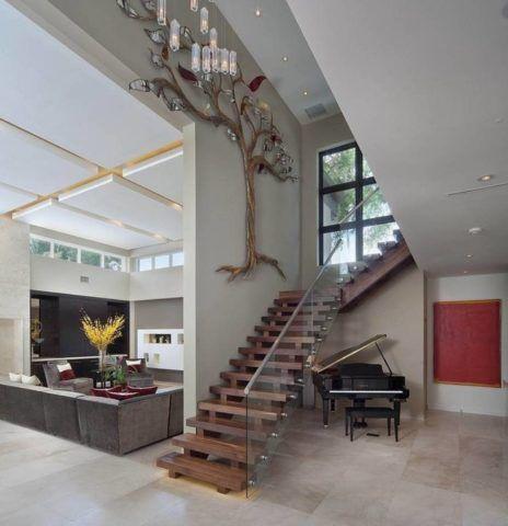 Декоративные лестницы из дерева для современных интерьеров изготавливаются с металлическими или стеклянными ограждениями