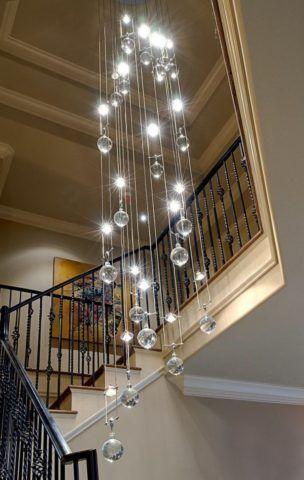 Декорация лестницы свисающим светильником