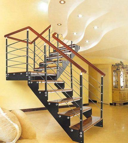 Деревянная лестница с металлическим каркасом