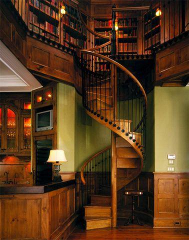 Деревянная винтовая лестница в нише помещения
