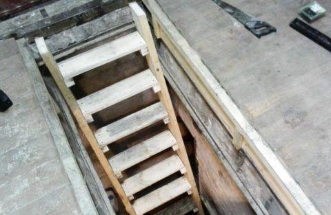 Деревянные лестницы для смотровых ям в гараже обходятся дешево, но служат недолго