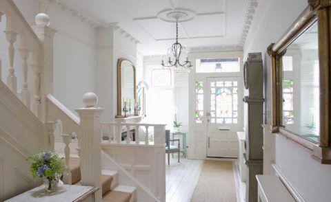 Дизайн прихожей с лестницей на второй этаж