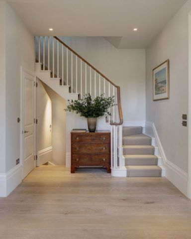 Дизайн прихожей с лестницей в доме