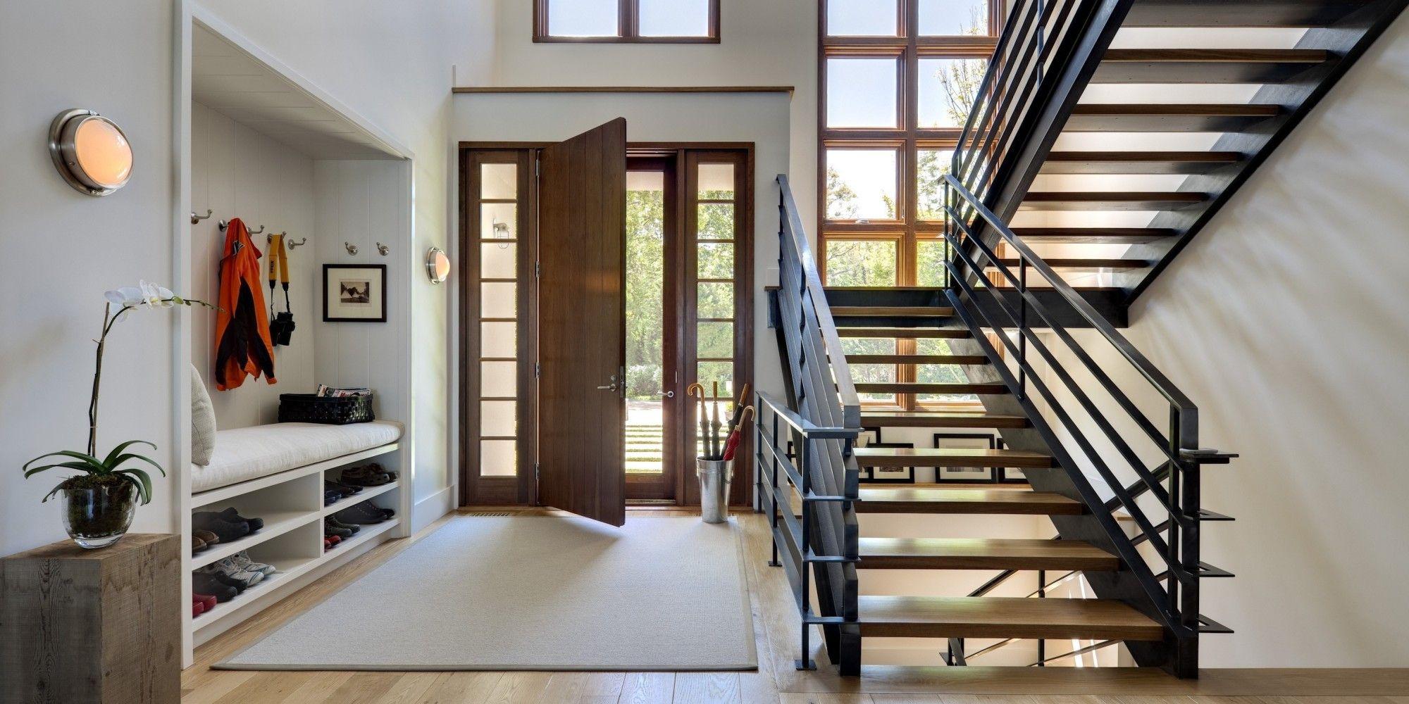 Дизайн лестниц в маленьких прихожих частных домов