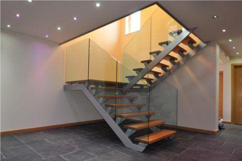 Двухмаршевая лестница на металлическом каркасе