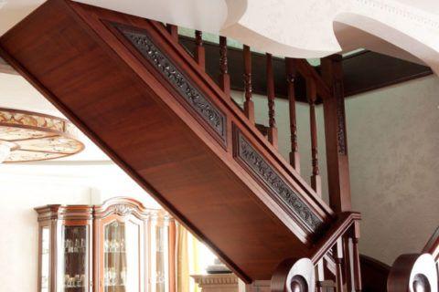 Элитная закрытая лестница деревянная с металлическим каркасом