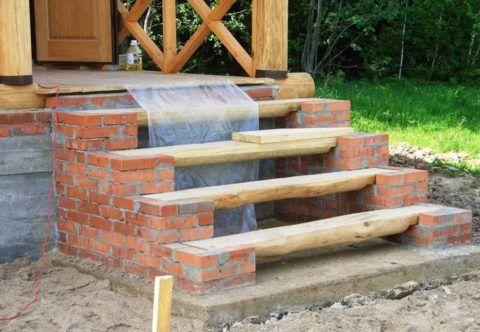 Кирпичное крыльцо с деревянными ступенями