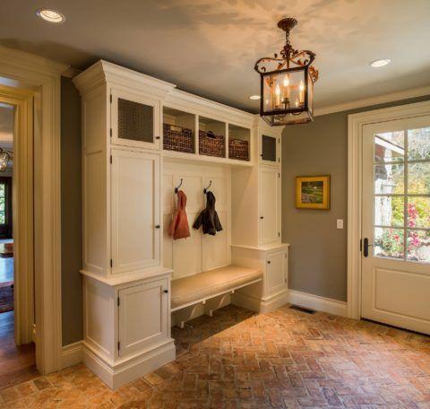Контрастное оформление – грубое каменное напольное покрытие и классическое окрашивание стен