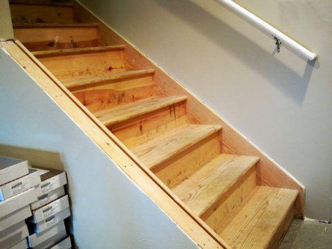 Короткая маршевая лестница в подвал