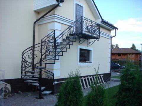 Кованая лестница – украшение дома