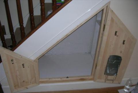 Крючки для проводов и держатель для утюга на двери – удобно и экономит место для хранения