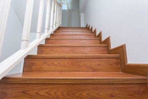 Лестница на второй этаж: покрытие ламинатом