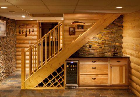 Лестница в погреб деревянная - в таком подвале можно поселиться