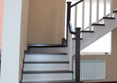 Лестницы для дома деревянные на второй этаж могут окрашиваться в различные цвета