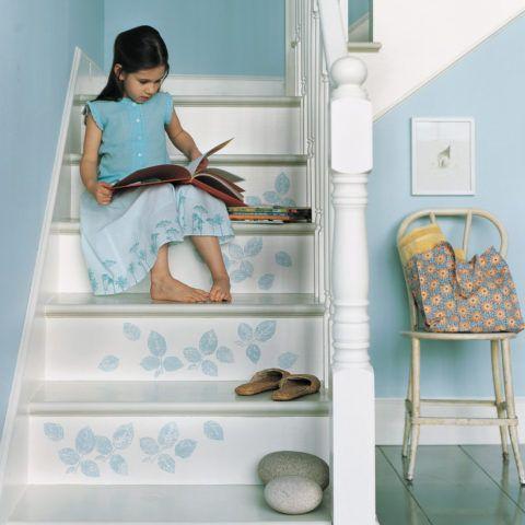Лестницы с декором в виде рисунка, нанесенного при помощи трафарета, всегда выглядят оригинально