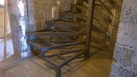Металлический каркас под установку деревянных ступеней