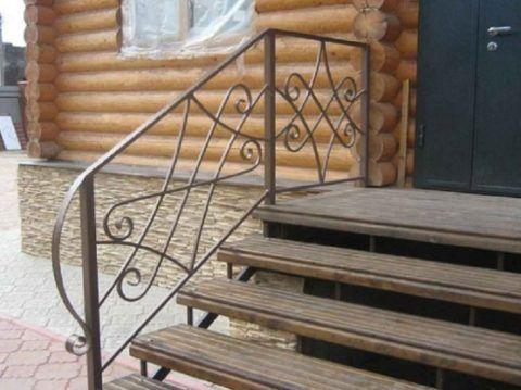 Металлическое крыльцо из ковки с деревянными ступенями