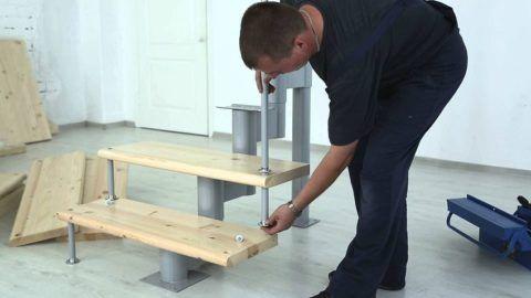 Модульная конструкция с металлическим каркасом и деревянными ступенями