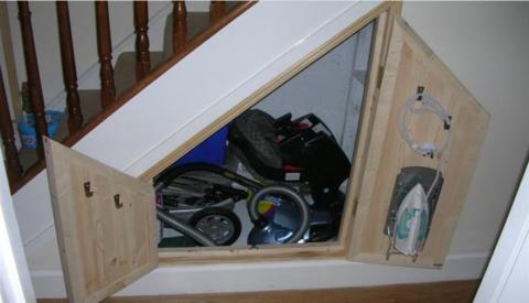 На фото небольшая кладовая под лестницей