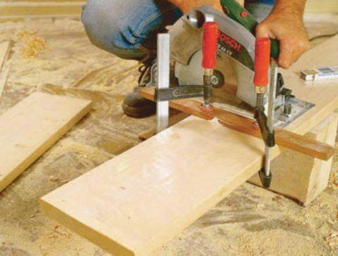Нарежьте доски для ступенек необходимой длины