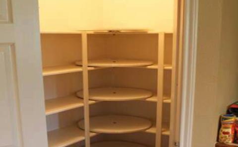 Обувница под лестницей с вращающимися полочками