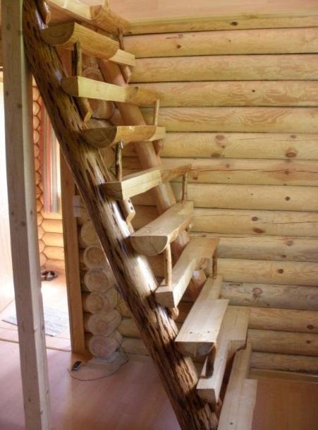 Оригинальные лестницы из бревна для дома со ступенями «гусиный шаг»