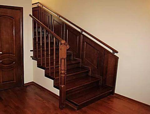 Отделка стены, идентичная облицовке лестницы