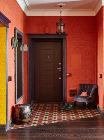 Плиткой рекомендовано отделывать наиболее уязвимый участок у двери