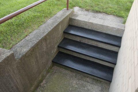 Покрытие для ступеней лестницы на улице из вулканизированной резины