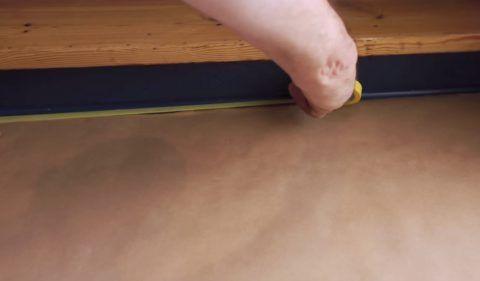 Пол вокруг лестницы необходимо застелить бумагой
