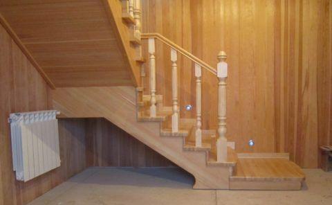 Поворотная лестница в деревянном доме на второй этаж