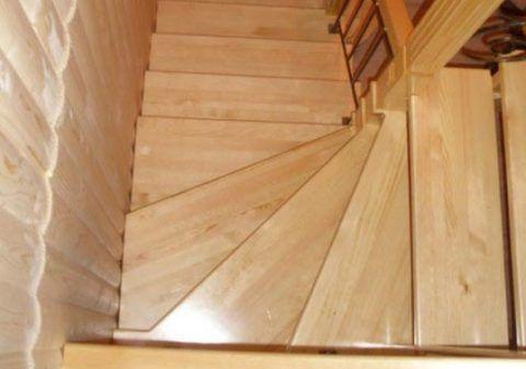 При небольшой цене лестницы из сосны выглядят отлично