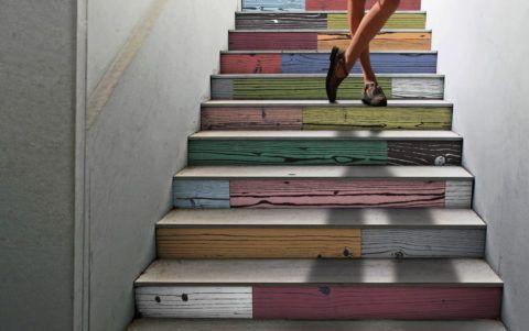 При помощи краски можно подчеркнуть текстуру древесины