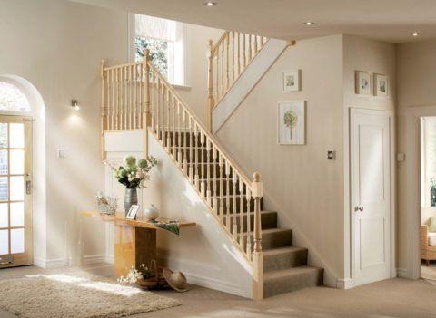 Прихожая с лестницей в доме