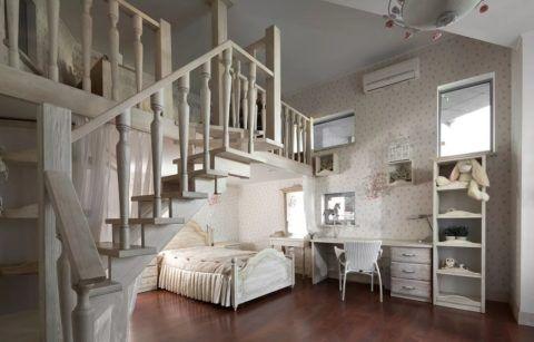 Простая лестница на второй этаж в деревянном доме