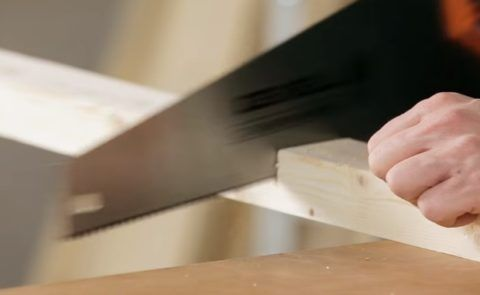 Резка бруска ножовкой