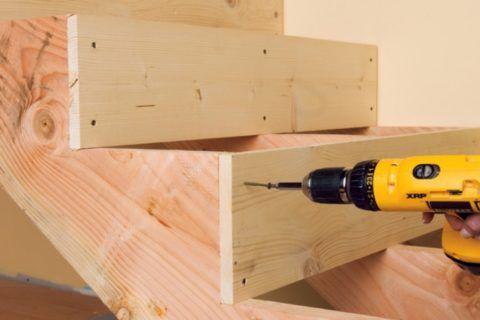 Самодельные лестницы из дерева обходятся намного дешевле